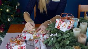 De vrouwelijke handen die Kerstmis verpakken stelt voor stock video