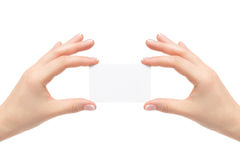 De vrouwelijke handen houden witte kaart op een witte achtergrond Royalty-vrije Stock Afbeeldingen