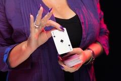 De vrouwelijke handen met een purpere manicure houden een dek van spelkaarten royalty-vrije stock fotografie