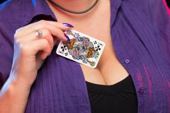 De vrouwelijke handen met een purpere manicure houden een dek van spelkaarten stock fotografie