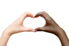 De vrouwelijke handen tonen hart op witte achtergrond Stock Afbeelding