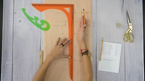 De vrouwelijke handen tonen iets op de grafiek gebruikend een heerser stock video