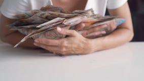 De vrouwelijke handen verzamelen heel wat geld op een witte lijst, Thaise bankbiljetten, Russische bankbiljetten stock video