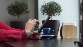De vrouwelijke Handen zoeken Informatie in de Telefoon stock footage