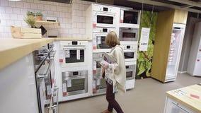 De vrouwelijke het winkelen oven van de de opslagkeuken van meubilairikea moderne stock video
