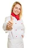 De vrouwelijke holding van de chef-kokkok beduimelt omhoog Royalty-vrije Stock Fotografie
