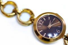 De vrouwelijke horloges, sluiten omhoog mening stock fotografie