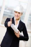 De vrouwelijke ingenieur met blauwdruk beduimelt omhoog Royalty-vrije Stock Afbeeldingen