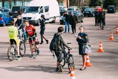 De vrouwelijke inspecteur van de verkeerspolitieman maakt tot registratie een bicy Stock Afbeeldingen