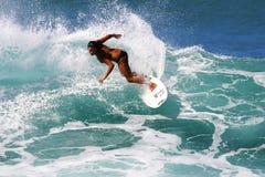 De vrouwelijke Jager die van Surfer Lani in Hawaï surft stock afbeeldingen