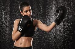 De vrouwelijke jaren '20 van de vrouwenvechter in sportkleding die sportenoefeningen doen Stock Afbeelding