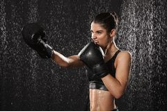 De vrouwelijke jaren '20 van de vrouwenvechter in sportkleding en zwarte bokshandschoenen Royalty-vrije Stock Afbeelding