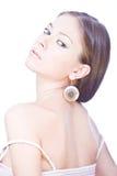 De vrouwelijke jonge vrouw met nacked schouders en bac Stock Fotografie