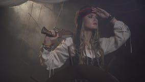 De vrouwelijke kapitein van het piraatschip kijkt rond, 4k stock footage