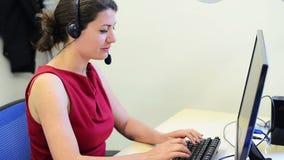 De vrouwelijke klantendienst stock video
