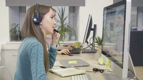 De vrouwelijke klantendienst De microfoon van de holding stock video