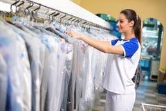 De vrouwelijke kleren van werknemerscontroles stock fotografie