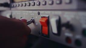 De vrouwelijke knevel van de handschakelaar op de ruit van de vliegtuigcontrole De knopen van de controle stock footage