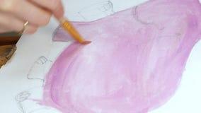 De vrouwelijke kunstenaar schildert beeldkunstwerk in kunststudio stock footage