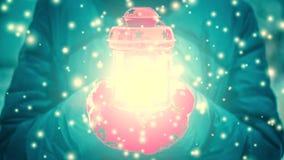 De vrouwelijke lantaarn van de holdings rode kaars met geel lichtgevend licht in de winter royalty-vrije illustratie