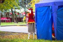 De vrouwelijke ledenpop bevindt zich dichtbij de tent Stock Foto