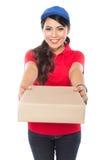 De vrouwelijke leveringsdienst die gelukkig pakket leveren aan costumier royalty-vrije stock afbeeldingen