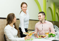 De vrouwelijke lijst van kelners dienende gasten Stock Afbeeldingen