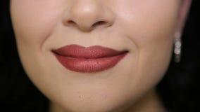 De vrouwelijke lippen sluiten omhoog stock video
