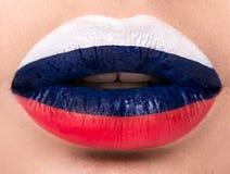 De vrouwelijke lippen sluiten omhoog met een beeldvlag van Rusland Stock Foto