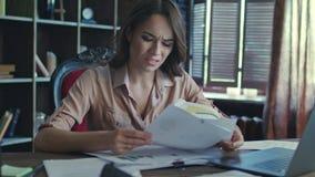 De vrouwelijke manager heeft spanning op het werk Vermoeide bedrijfsvrouw die aan notitieboekje werken stock videobeelden