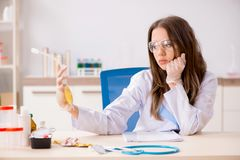 De vrouwelijke medewerker met zak plasma in het laboratorium stock foto's