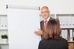 De Vrouwelijke Medewerker van zakenmangiving presentation to Stock Foto's