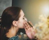De vrouwelijke modellen kleuren hun gezichten met professionele make-up royalty-vrije stock foto's