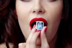 De vrouwelijke mond brengt de ringssaffier eet Stock Afbeelding