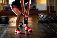De vrouwelijke oefening van de trainingatleet bij gymnastiek Stock Afbeeldingen