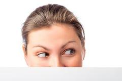 De vrouwelijke ogen kijken in de richting Stock Foto's
