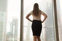 De vrouwelijke ondernemer denkt toekomst in bureau na royalty-vrije stock foto