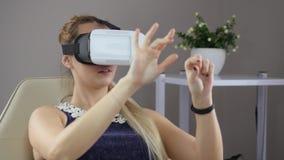 De vrouwelijke patiënt probeert op VR-glazen stock videobeelden