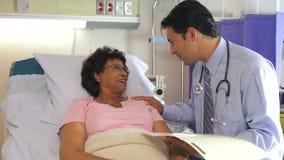 De Vrouwelijke Patiënt van artsentalking to senior in het Ziekenhuisbed stock video