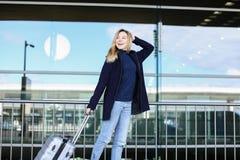 De vrouwelijke persoon die lopen met valise en laag dragen Royalty-vrije Stock Afbeelding