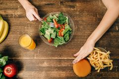 De vrouwelijke persoon kiest gezonde natuurvoeding stock foto