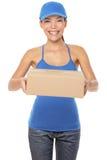 De vrouwelijke persoon van de pakketlevering Stock Afbeeldingen