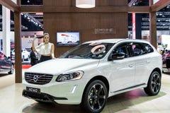 De vrouwelijke presentators modelleren met Volvo XC60 Royalty-vrije Stock Foto's