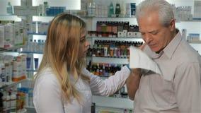 De vrouwelijke remedie van apothekeraanbiedingen voor hoest aan de klant stock videobeelden