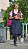 De vrouwelijke School van Studententeenager walking to stock fotografie