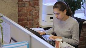 De vrouwelijke secretaresse werkt zitting bij lijst met laptop in belangrijk bedrijf stock footage