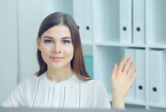 De vrouwelijke secretaresse zegt hello met hand Het vriendenonthaal, inleiding, begroet of het dankgebaar, productreclame royalty-vrije stock afbeeldingen