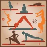 De vrouwelijke silhouetten van yogaasana Stock Afbeelding