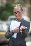 De vrouwelijke sleutel van het de holdingshuis van de Agent van Onroerende goederen Stock Fotografie