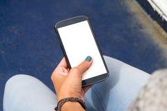 De vrouwelijke Slimme Telefoon van de Handholding Stock Foto's